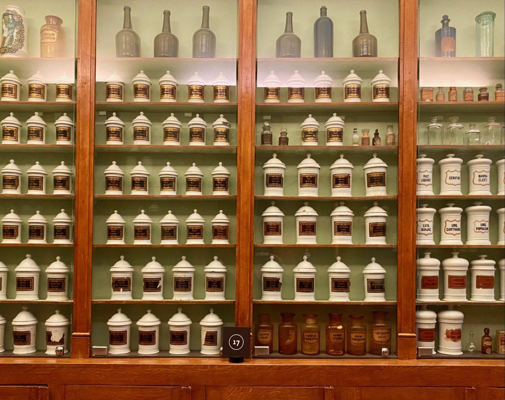 Hopital-Notre-Dame-a-la-Rose-Lessines-pots-pharmacie