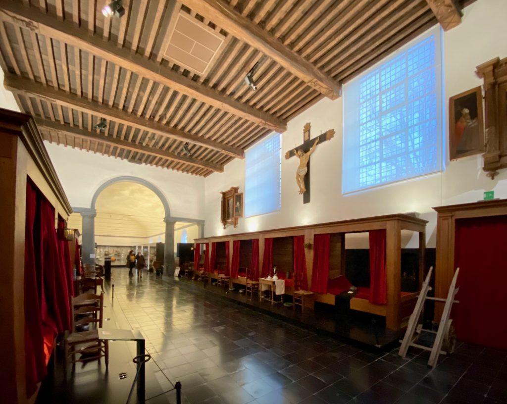 Hopital-Notre-Dame-a-la-Rose-Lessines-salle-commune-grand-angle