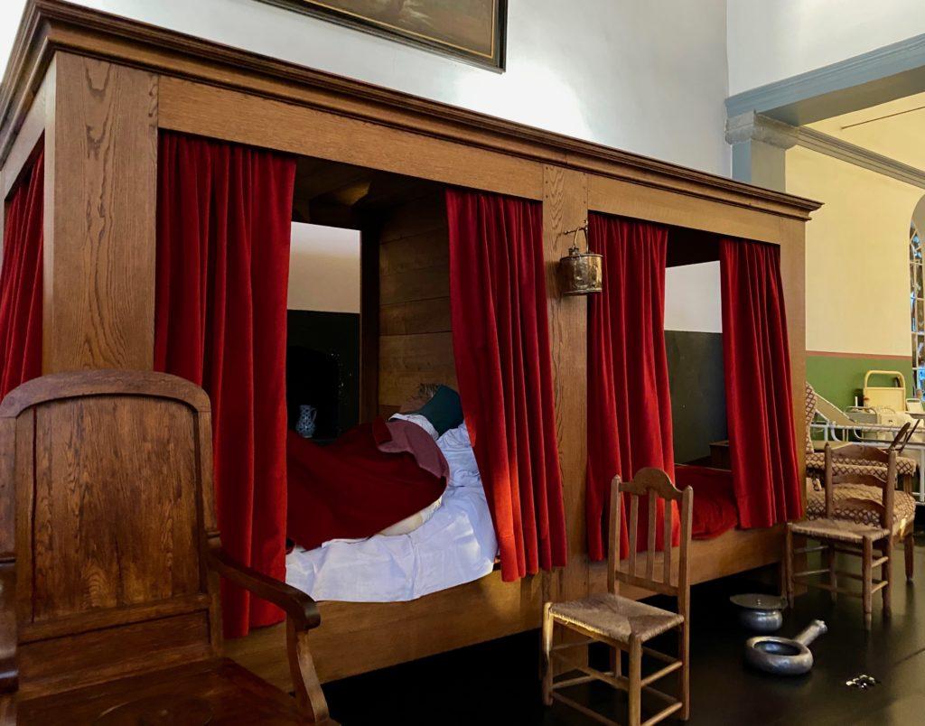 Hopital-Notre-Dame-a-la-Rose-Lessines-salle-commune-lits-chaises