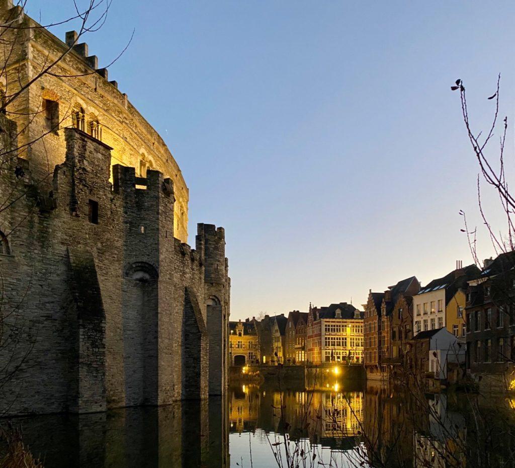 Gand-illumine-chateau-des-Comtes-vue-arriere
