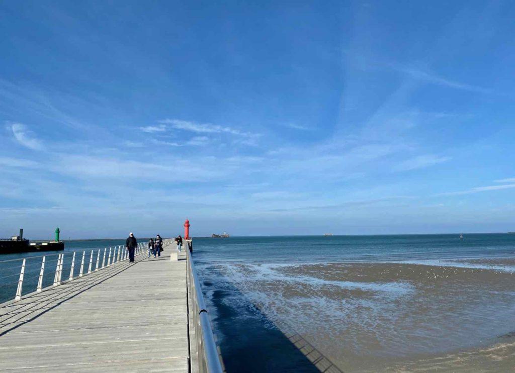 Boulogne-sur-Mer-digue-du-phare-rouge-avec-plage