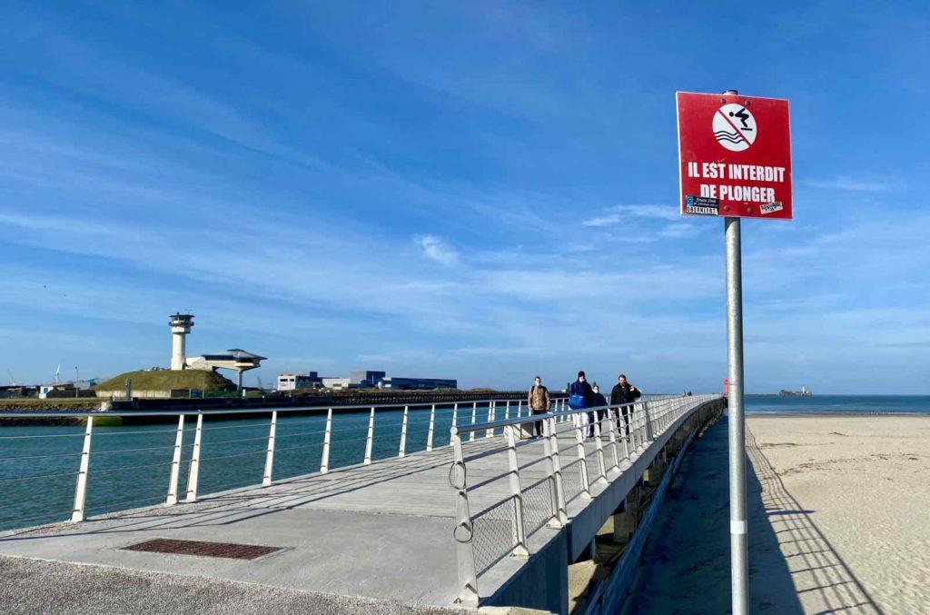 Boulogne-sur-Mer-digue-du-phare-rouge-entree