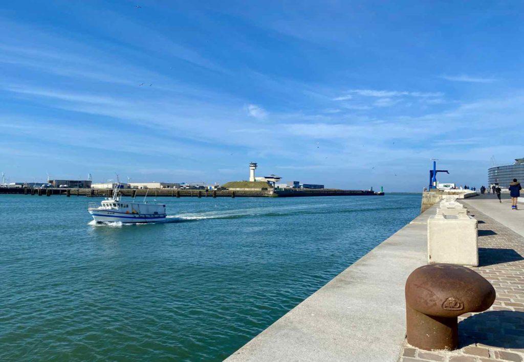 Boulogne-sur-Mer-quais-de-la-Liane-avec-bateau