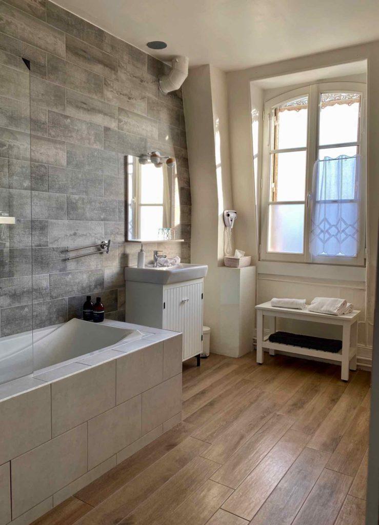 Senlis-La-Boheme-chambre-deux-salle-de-bain