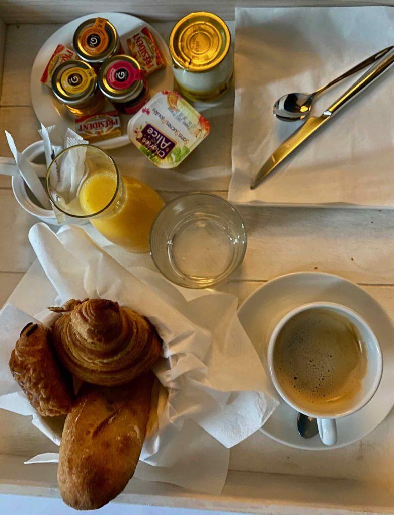 Senlis-La-Boheme-petit-dejeuner-en-chambre