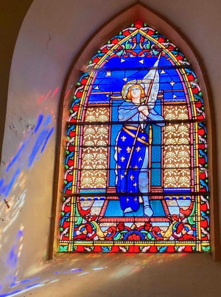 Eglises-fortifiees-vallee-de-l-Oise-Flavigny-le-Grand-et-Beaurain-vitrail-Jeanne-d-Arc