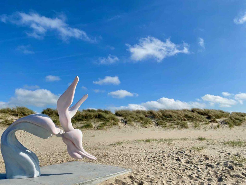 Festival-Beaufort-Blankenberge-Marguerite-Humeau-The-Dancer-V-A-Marine-Mammal-Invoking-Higher-Spirits-sur-fond-dunes