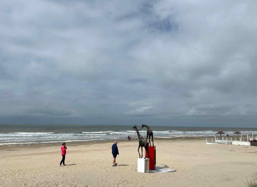 Festival-Beaufort-Middelkerke-Raphaela-Vogel-There-Are-Indeed-Medium-Sized-Narratives-avec-promeneurs