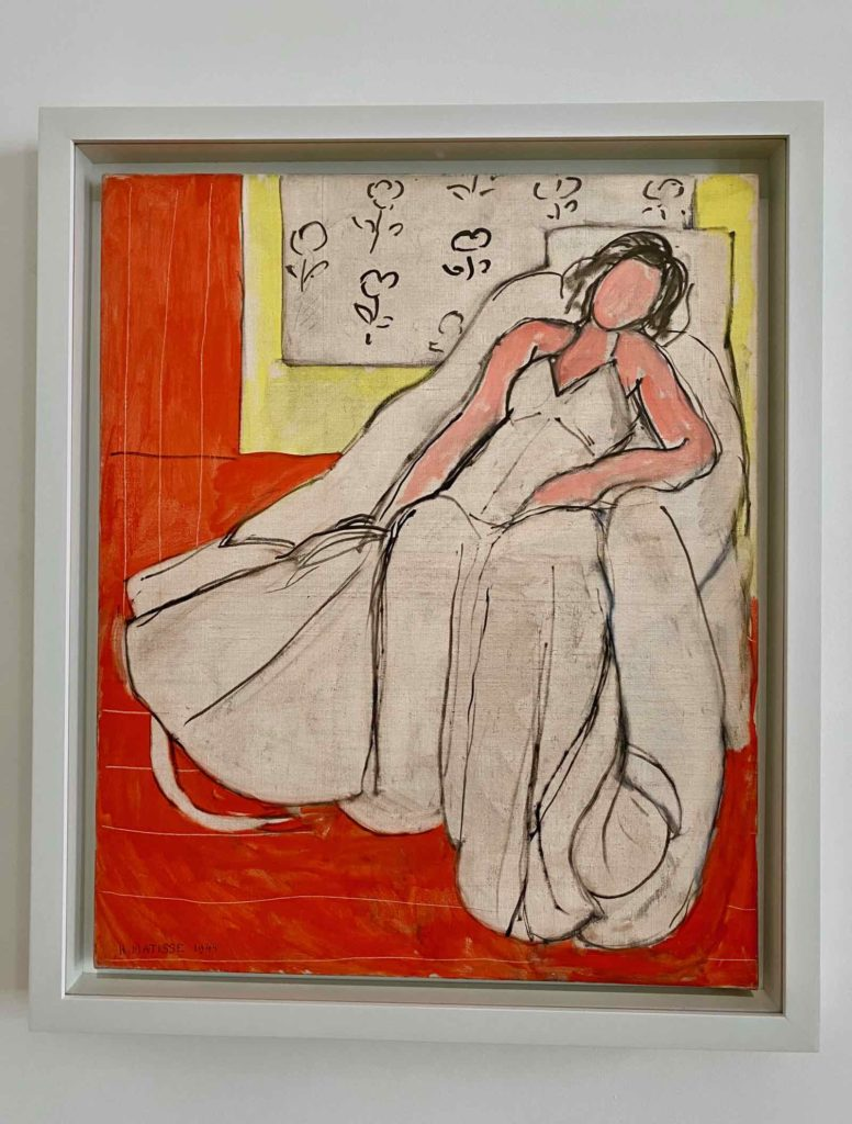 Musee-Matisse-Le-Cateau-Henri-Matisse-Jeune-Femme-a-la-Pelisse-fond-Rouge