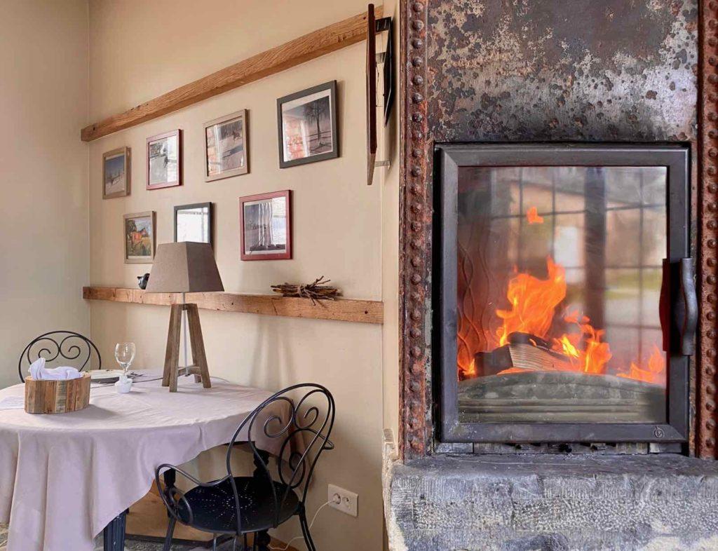 Se-mettre-au-vert-en-Picardie-Ferme-Ribeaufontaine-Dorengt-piece-convivialite-cheminee