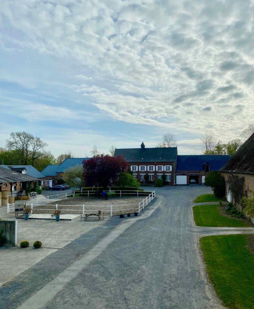 Se-mettre-au-vert-en-Picardie-Ferme-Ribeaufontaine-Dorengt-pigeonnier-vue-batiments-ferme