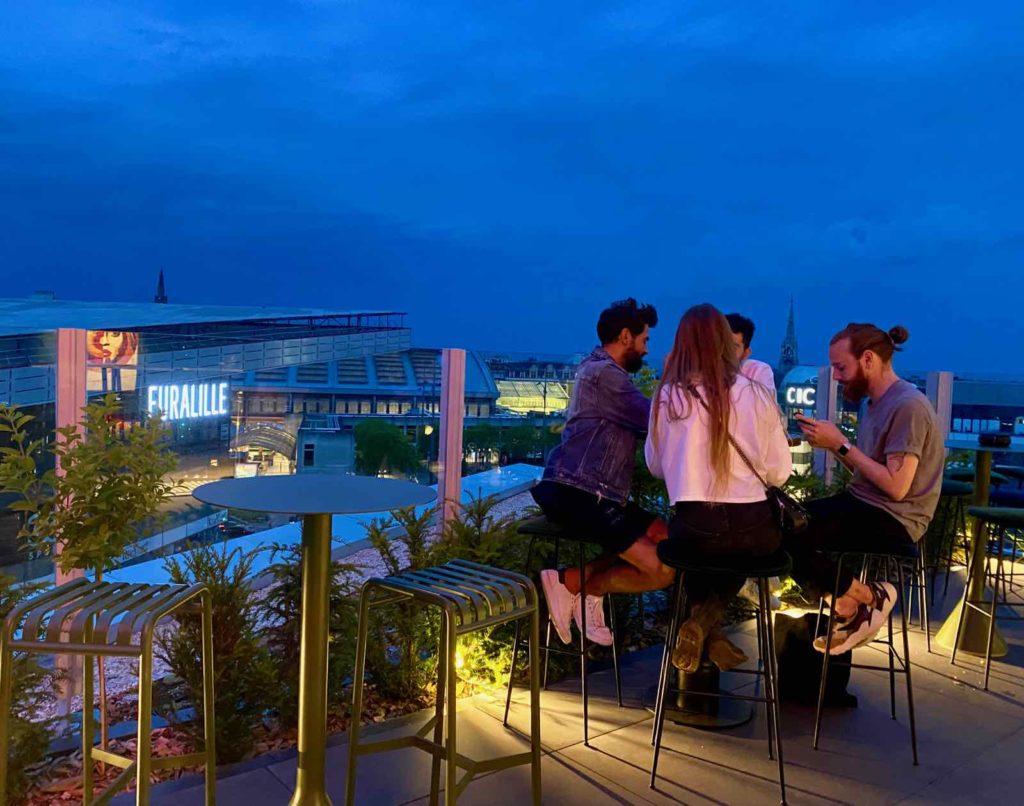 Nū-Restaurant-Lille-groupe-terrasse-soir