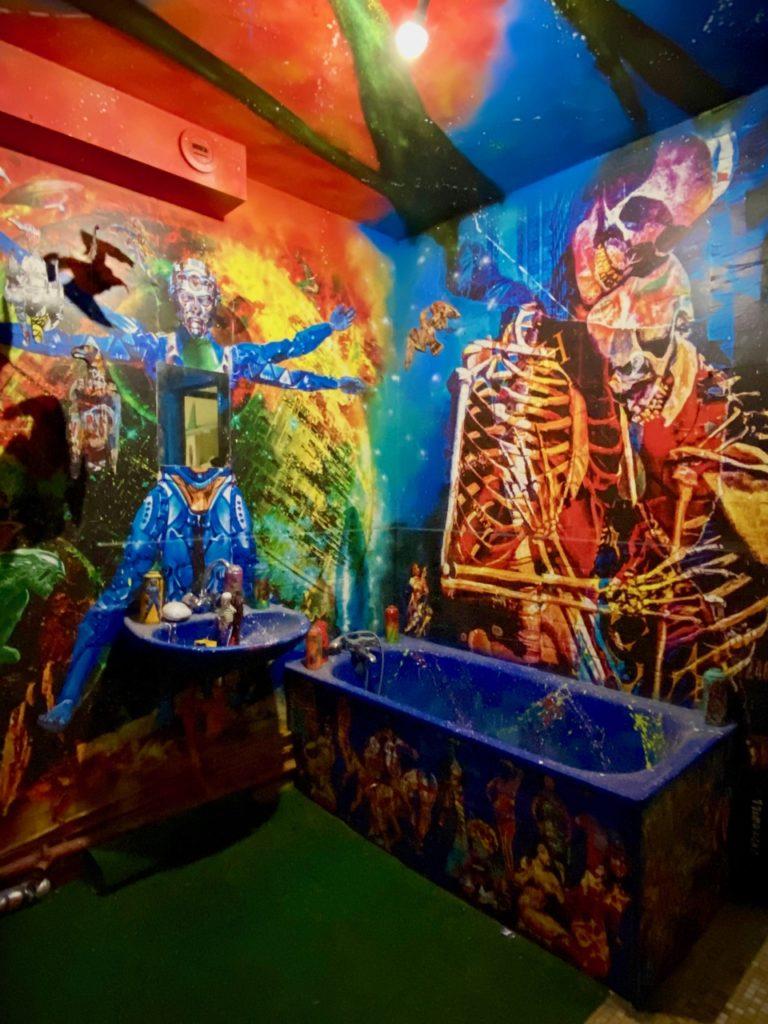 Transition-Abbeville-art-urbain-salle-de-bain-squelettes