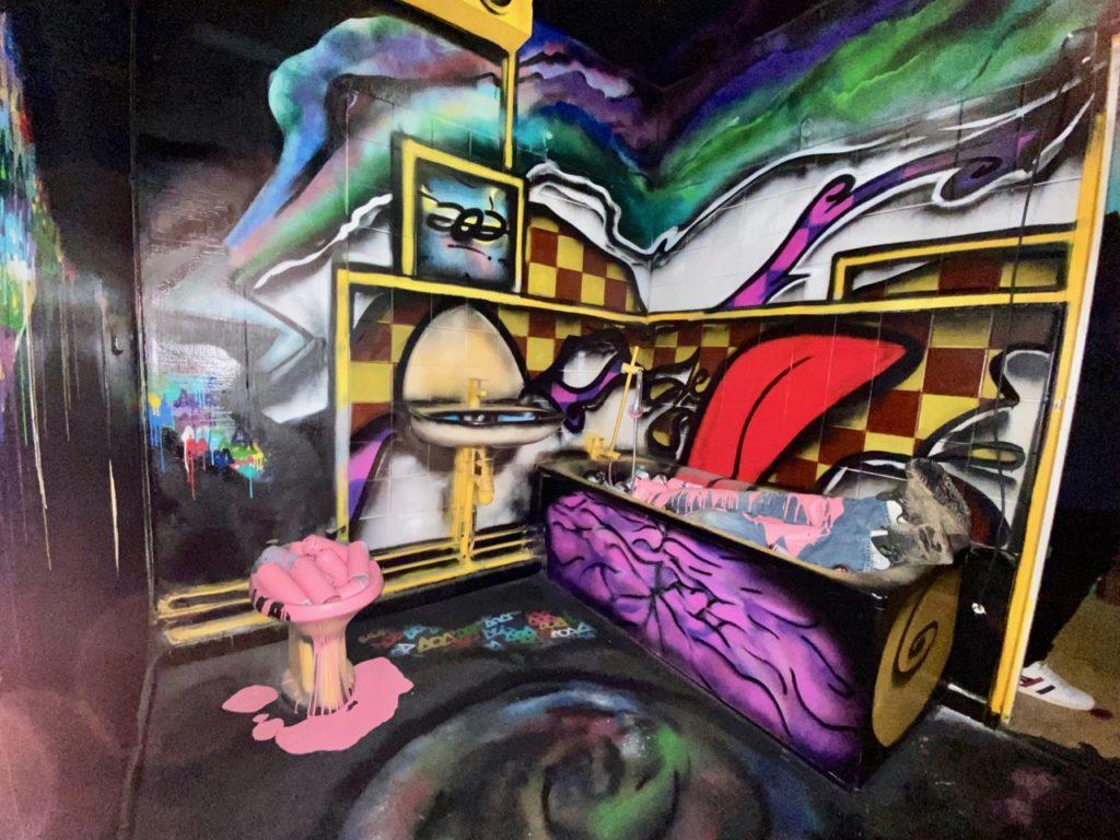 Transition-Abbeville-art-urbain-salle-de-bains-pieds-dans-baignoire