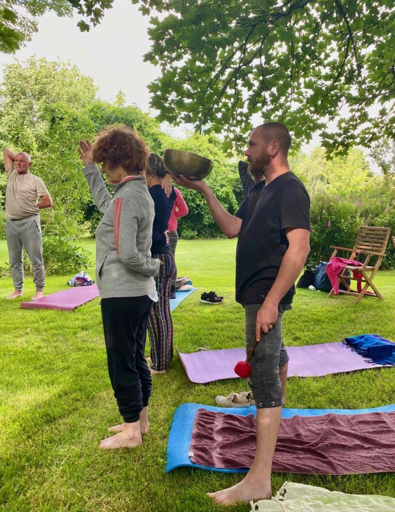 Zen-en-baie-yoga-avec-bols-tibetains-pierre