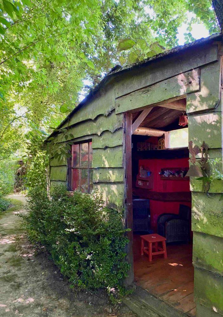 Le-Jardin-des-Lianes-Cheriennes-cabane-exterieur