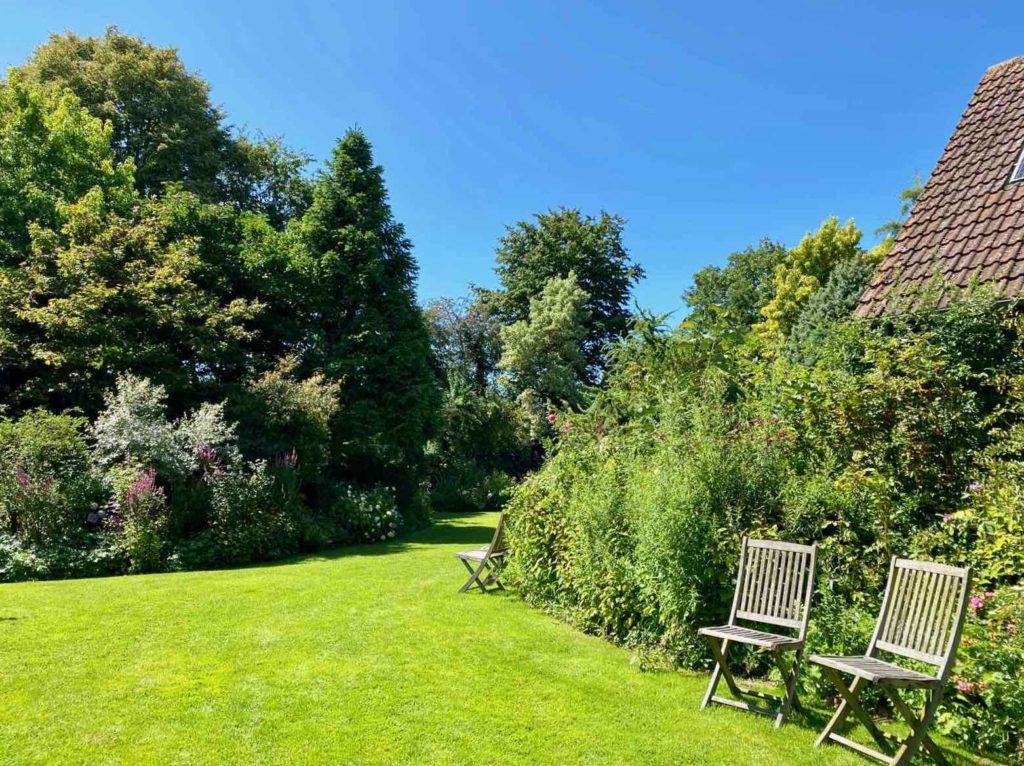 Le-Jardin-des-Lianes-Cheriennes-deux-chaises-et-maison