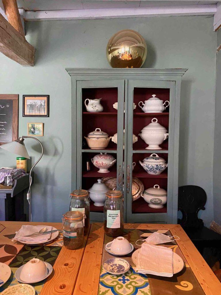 Saint-Remy-au-Bois-le-Tearoom-armoire-contenant-soupieres