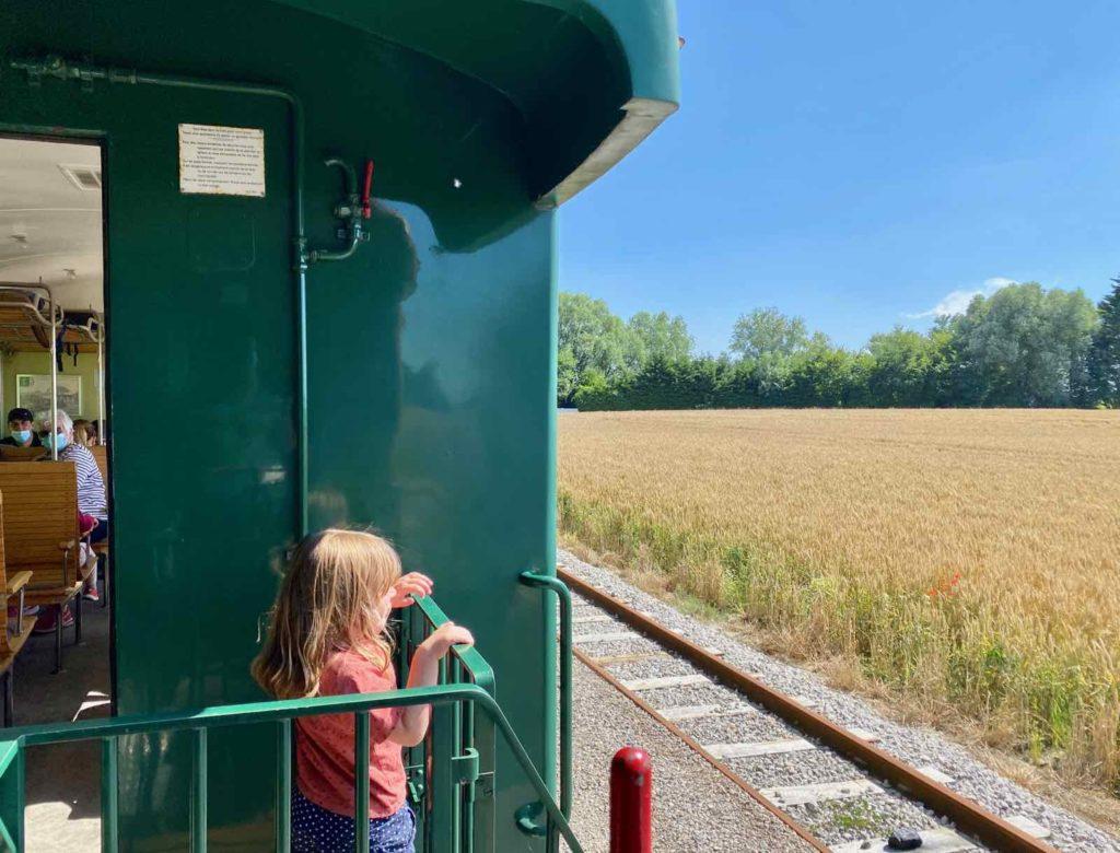 Chemin-de-fer-de-la-baie-de-Somme-fillette-au-balcon