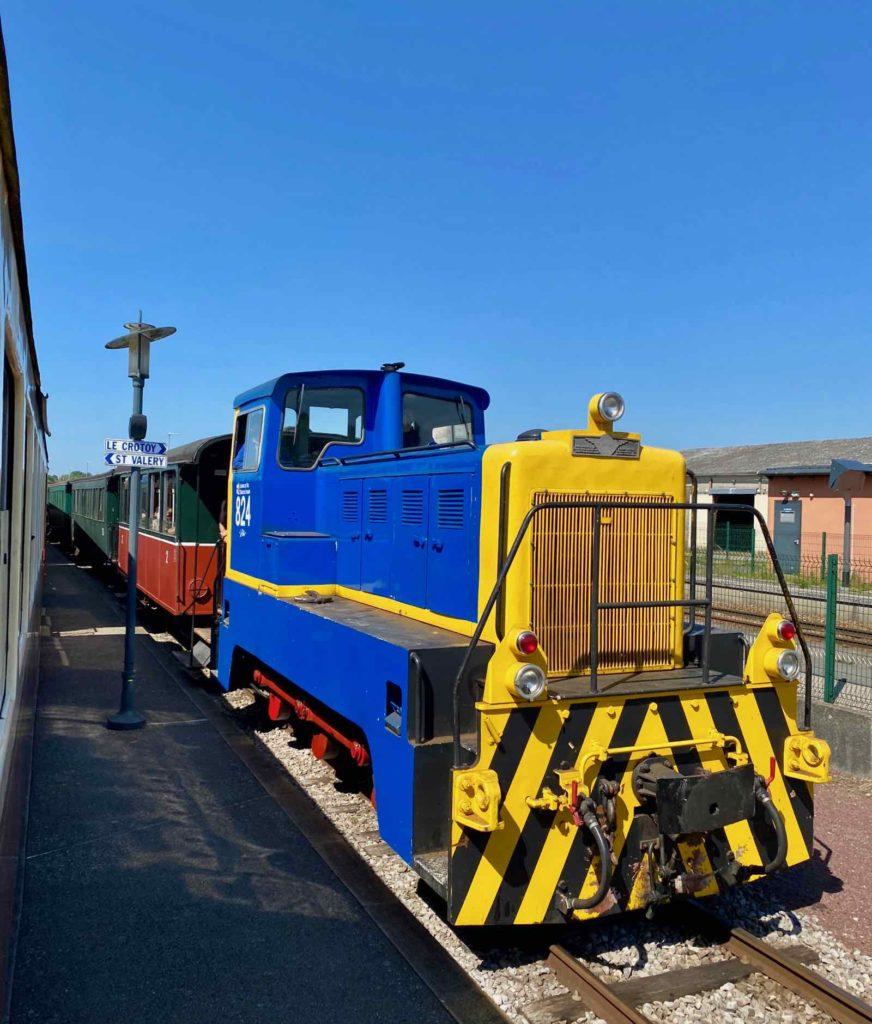 Chemin-de-fer-de-la-baie-de-Somme-locomotive-bleue-et-jaune