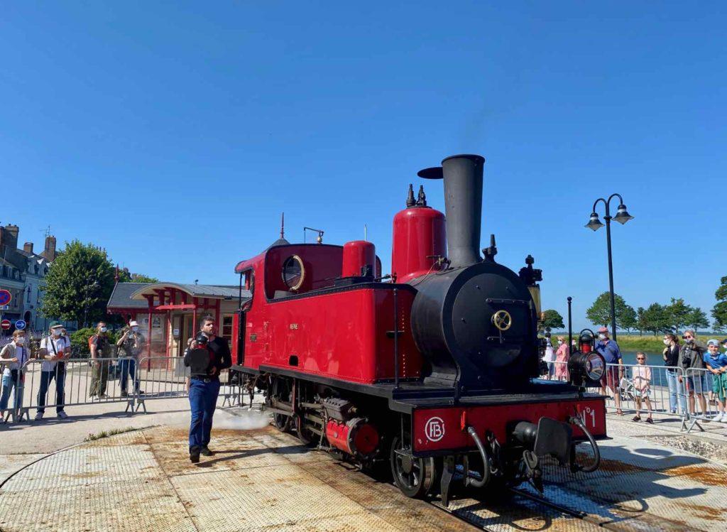 Chemin-de-fer-de-la-baie-de-Somme-locomotive-rouge-fait-demi-tour