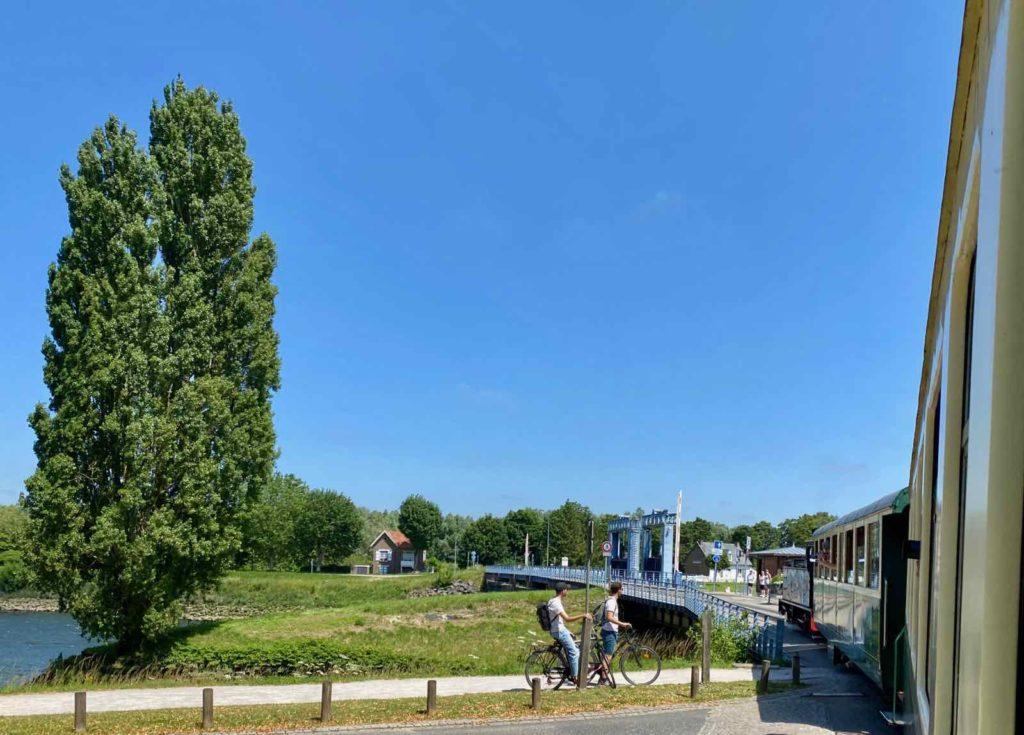 Chemin-de-fer-de-la-baie-de-Somme-train-avant-pont-sur-Somme