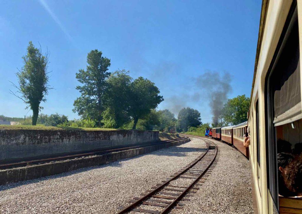 Chemin-de-fer-de-la-baie-de-Somme-train-avec-panache-fumee