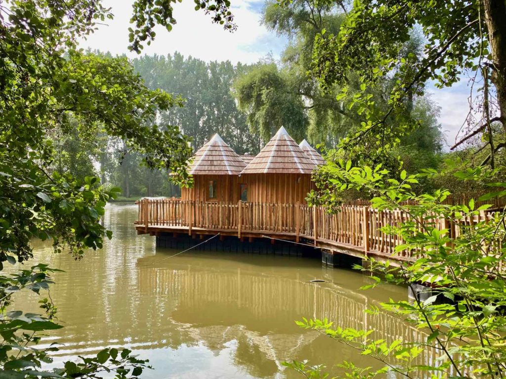 Domaine-Natureza-cabane-du-Lac-avec-reflets-eau