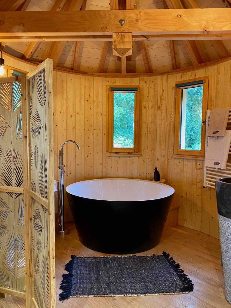 Domaine-Natureza-cabane-du-Lac-baignoire-ronde