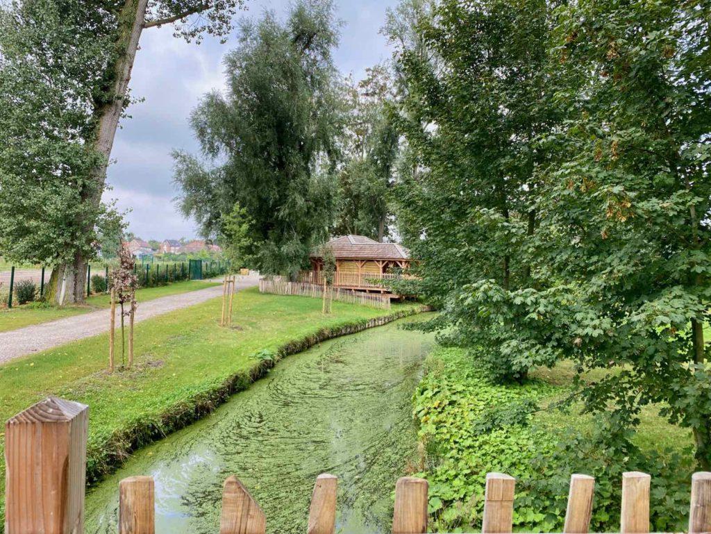 Domaine-Natureza-cabane-du-pecheur-exterieur-vu-de-loin