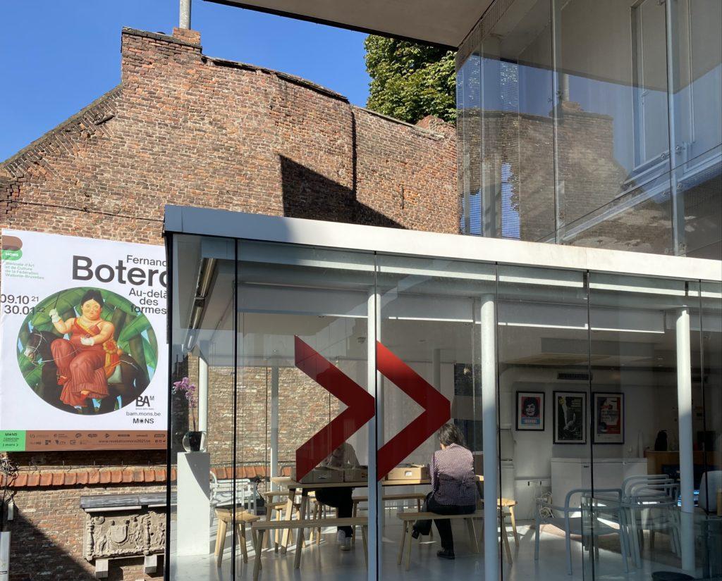 Mons-BAM-exterieur-avec-affiche-Botero